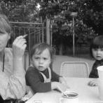 Fotografie z dílny Jarmily Johnové - portrét kamarádky Heleny a jejích dětí